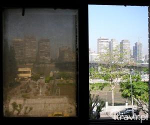 Brudne okno hostelu w Kairze