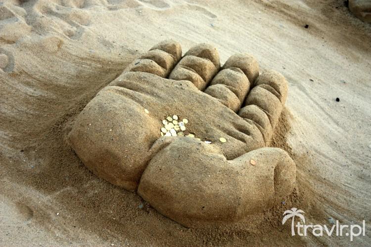Dłoń wyrzeźbiona w piasku