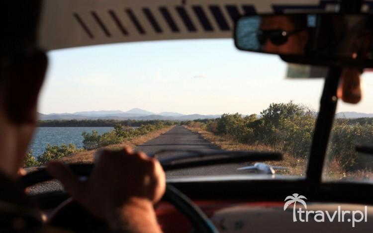Widok z wnętrza amerykańskiej taksówki na Kubie