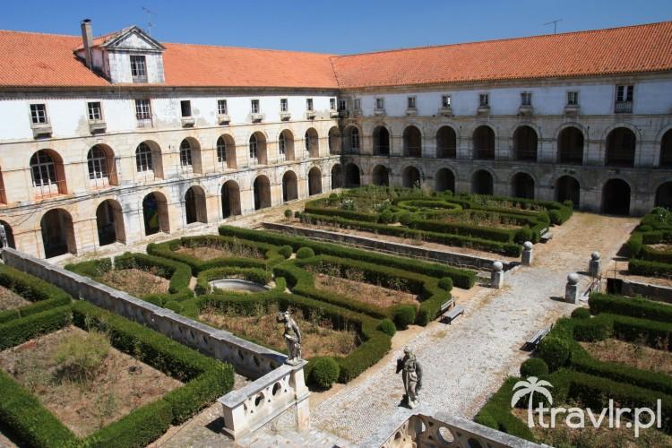 Dziedziniec klasztoru cystersów Alcobaca