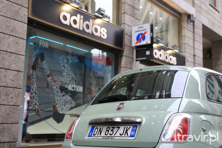Fiat 500 pod sklepem Adidas w Medliolanie - Włochy