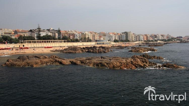 Kamienisty brzeg plaży w Porto