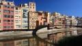 Kolorowe kamienice projektu Fusesa i Viadera nad rzeką Oynar, Girona