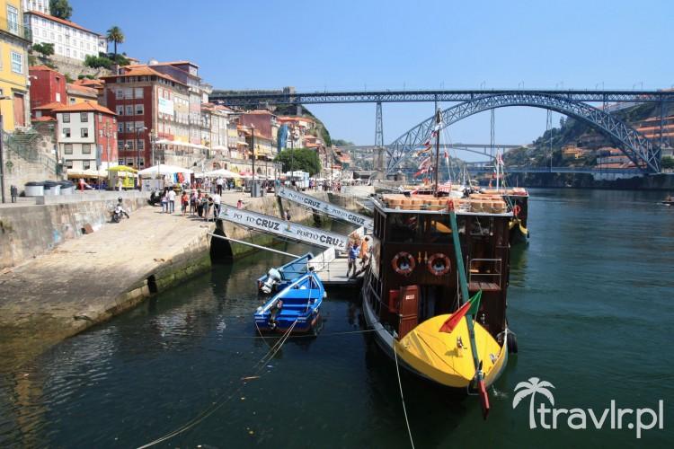 kolorowe łodzie na rzece Duoro