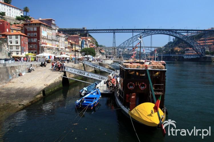 kolorowe łodzie na rzece Duoro i most Ponte Dom Luis I