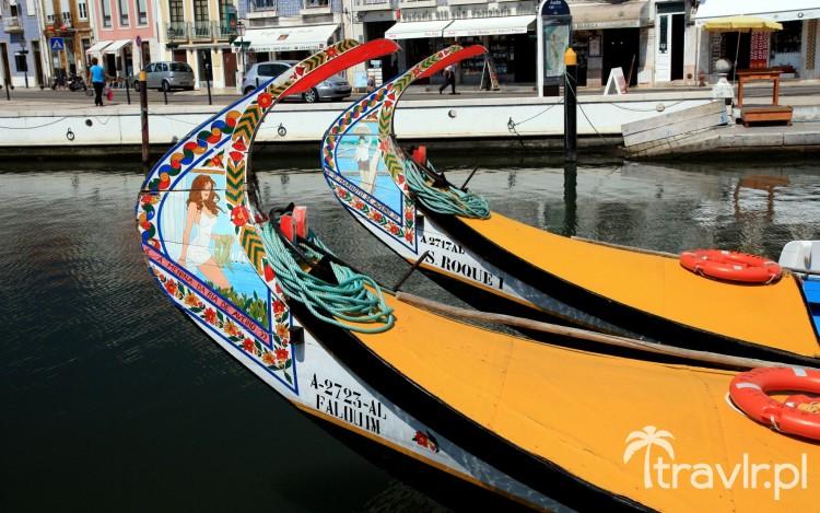 Kolorowe portugalskie łodzie rybackie w Aveiro