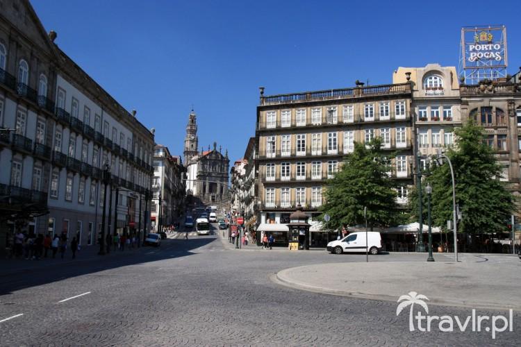 Kościół Clerigos widziany z Placu Wolności w Porto