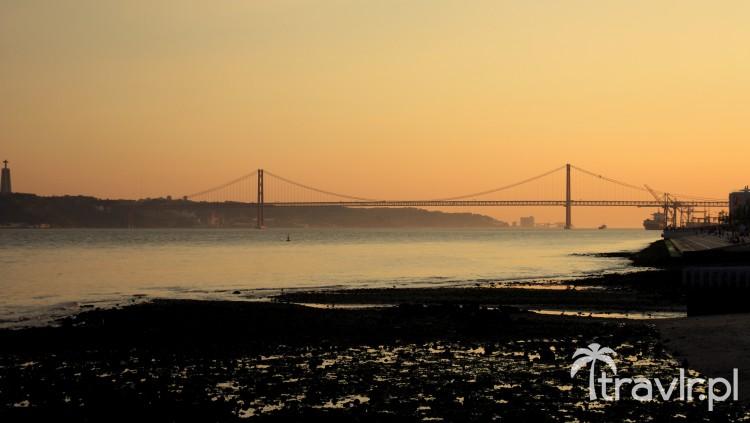 Most 25 kwietnia w Lizbonie o zachodzie słońca