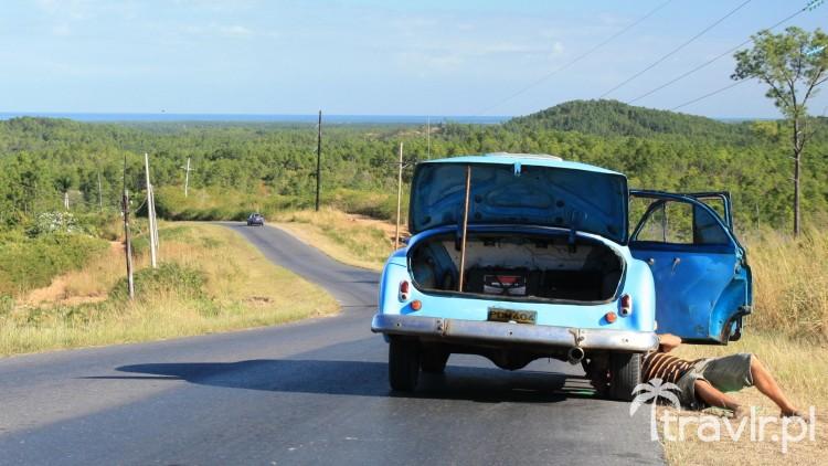Kubańczyk naprawiający swój samochód