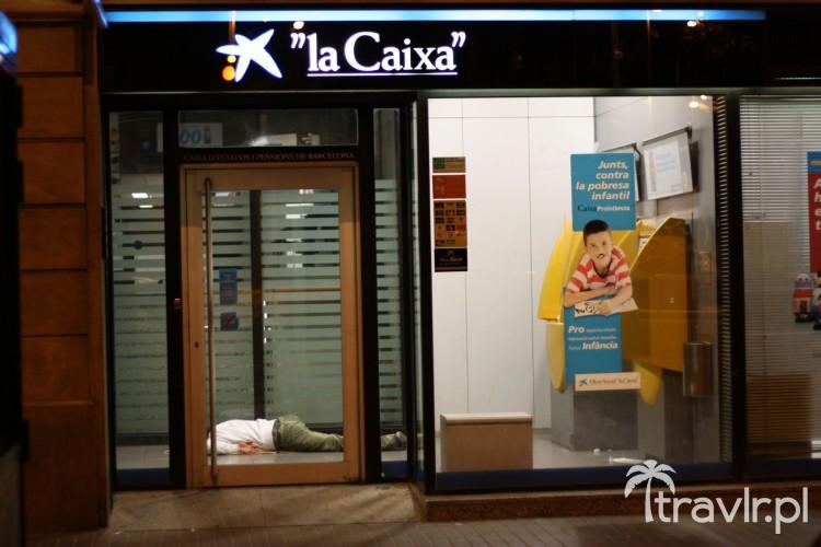 Nietypowe zastosowanie bankomatu w Barcelonie