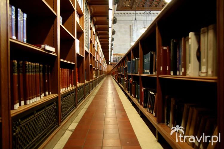 Półki z książkami w Nowojorskiej Bibliotece Publicznej