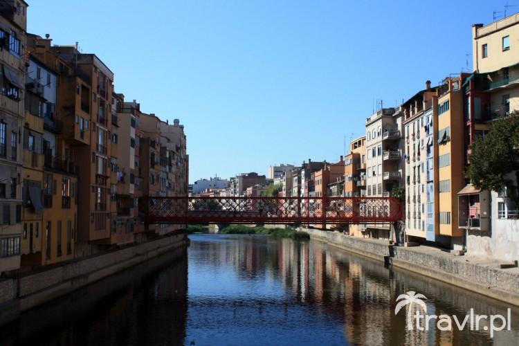 Stalowy czerwony most nad rzeką Onyar, Girona, Katalonia