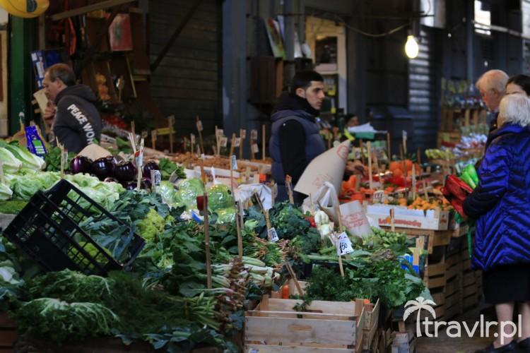 Stragan z owocami i warzywami w markecie Vucciria