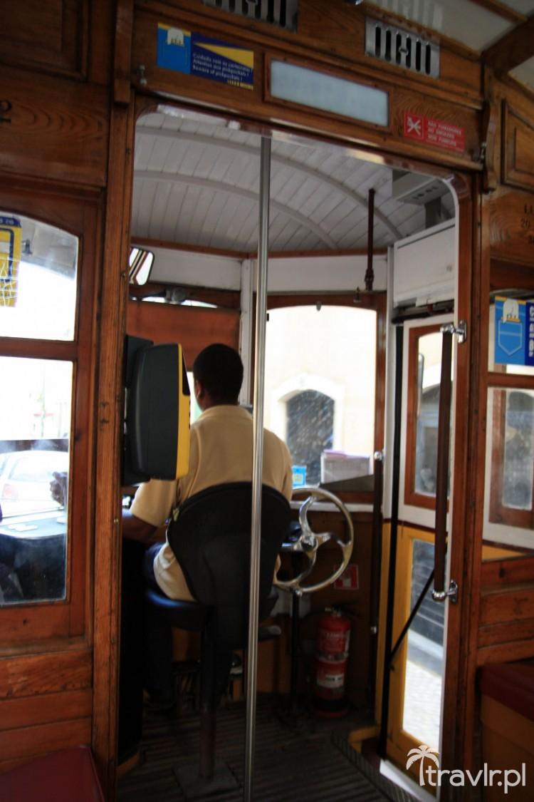 Wnętrze starego lizbońskiego tramwaju