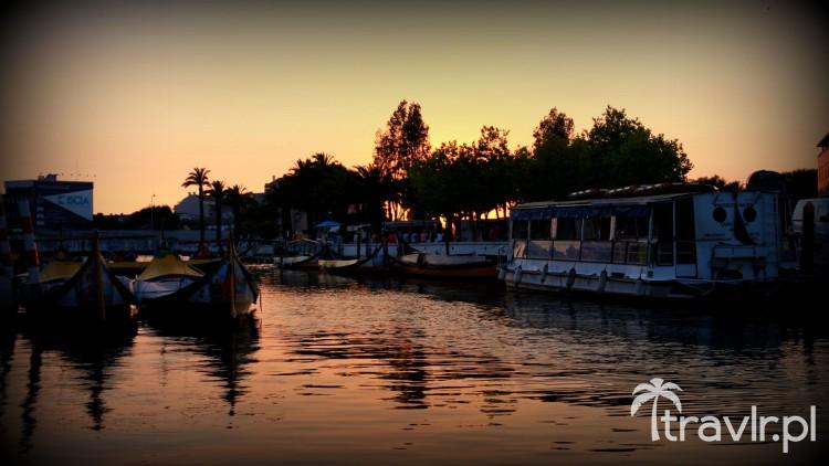 Zachód słońca nad kanałem w Aveiro